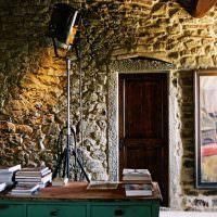Каменные стены рабочего кабинета