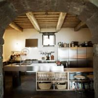 Каменная арка между кухней и гостиной