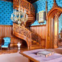 Винтовая лестница из натурального дерева