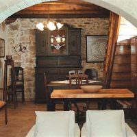 Старинный буфет в современной кухне