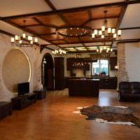 Деревянный потолок в интерьере зала