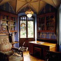 письменный стол в гостиной готического стиля