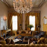 Золотистые шторы в интерьере зала загородного дома