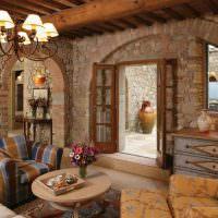 Мягкая мебель в комнате с каменными стенами