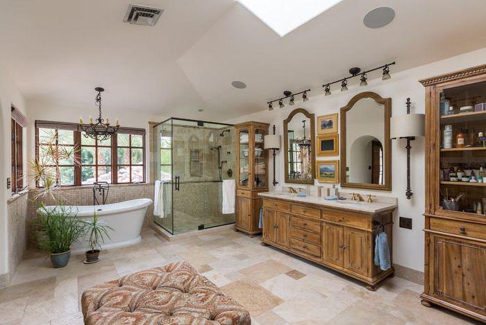 Интерьер большой ванной комнаты в испанском стиле
