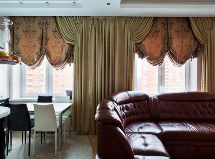 Итальянские шторы из плотного материала в гостиной городской квартиры