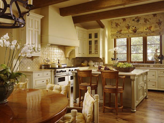 Белый кухонный гарнитур с массивным островом