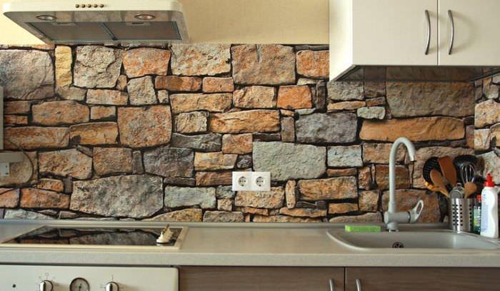 Облицовка кухонного фартука искусственным камнем