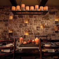 Романтическая атмосфера на кухне с каменной стеной