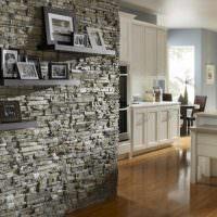 Полочки с фотографиями на стене с каменной облицовкой
