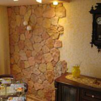 Декорирование стены кухни искусственным камнем