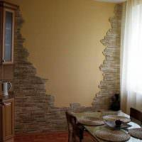 Декоративный камень на стене кухни в панельном доме