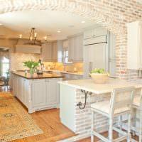 Светлая кухня с кирпичной аркой