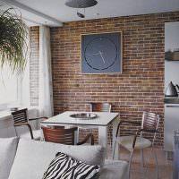 Большие часы на кирпичной стене