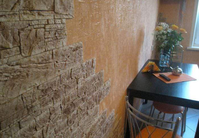 Плитки серо-коричневого декоративного камня на стене обеденной зоны