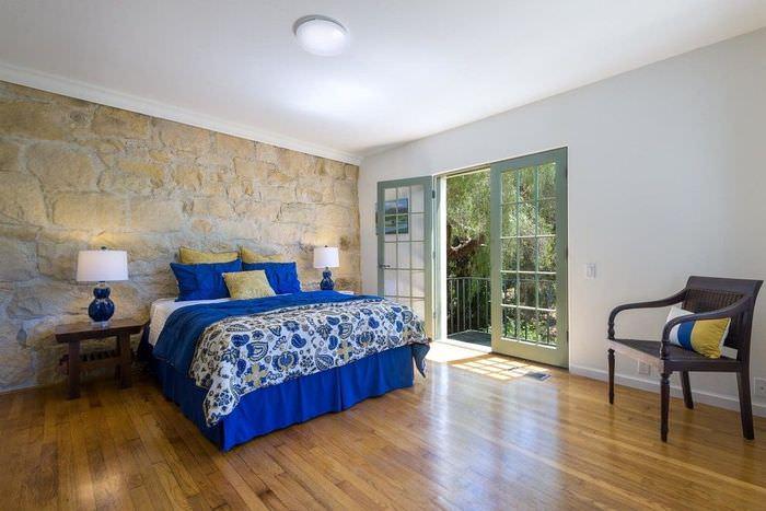 Каменная стена в спальне большого размера