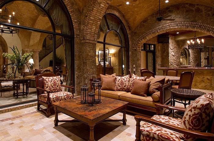 Каменные колонны с арками в интерьере гостиной в стиле замка