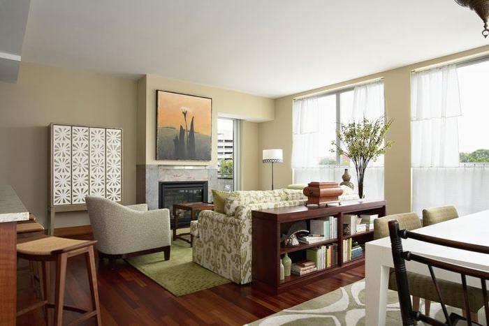 Интерьер квартиры-студии с камином