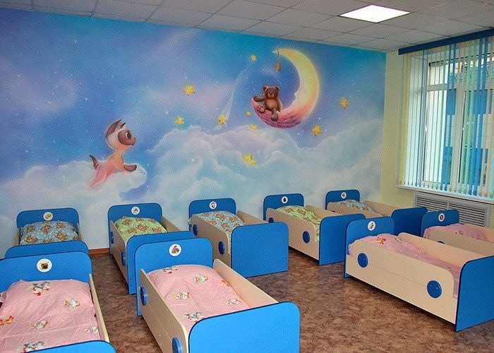 Интерьер спального помещения в детском саду