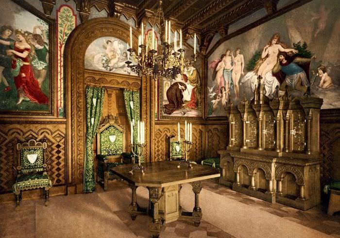 Интерьер старинного замка с картинами на стенах