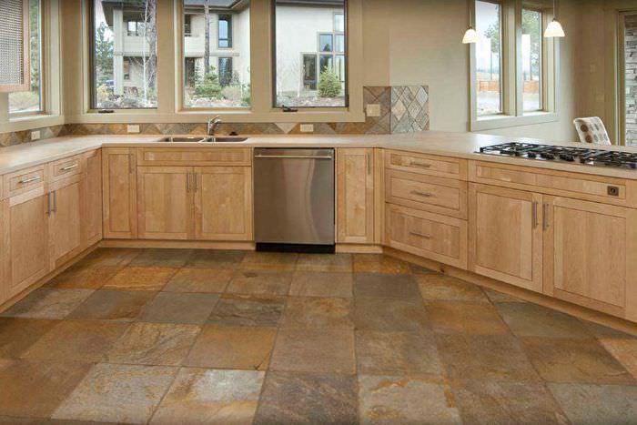 Керамический пол в интерьере современной кухни