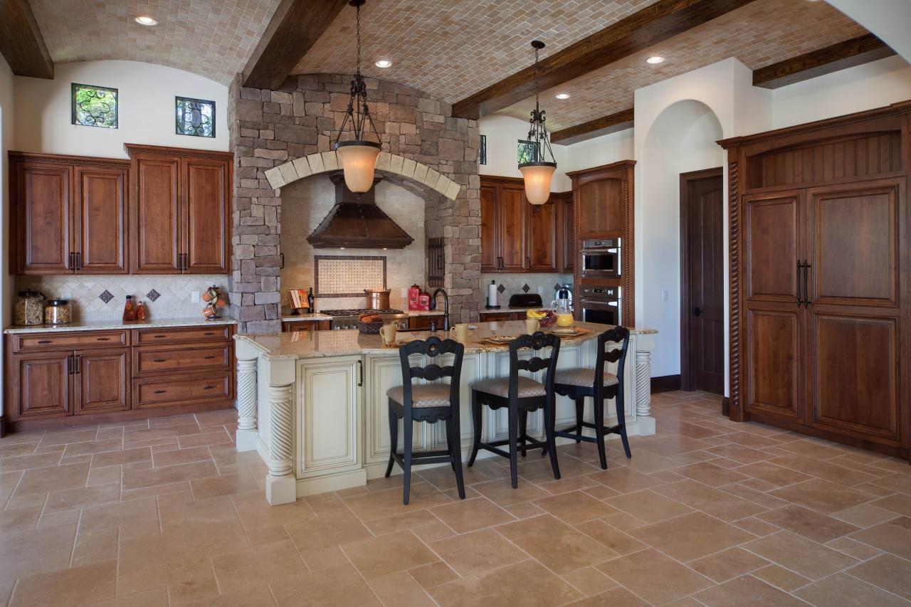 Керамический потолок на кухне в итальянском стиле