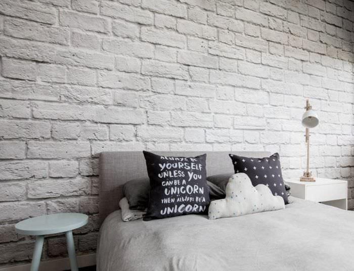 Крашенная стена из силикатного кирпича в интерьере спальни
