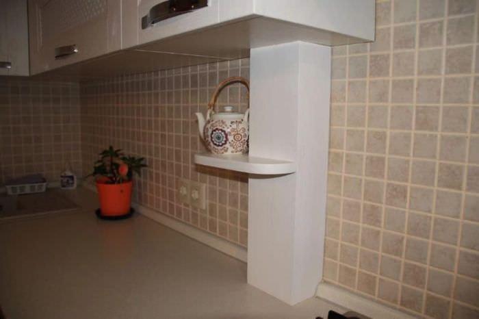 Маскировка труб на кухне с помощью деревянного короба
