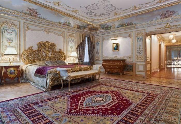 Интерьер спальни с ковром в стиле барокко
