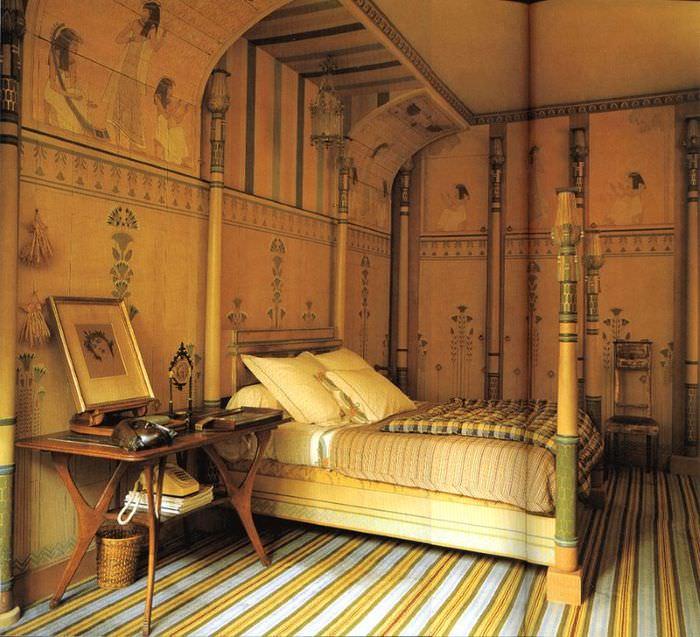 Ковер в полоску на полу спальни в египетском стиле