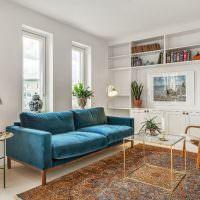 Интерьер гостиной с белыми стенами