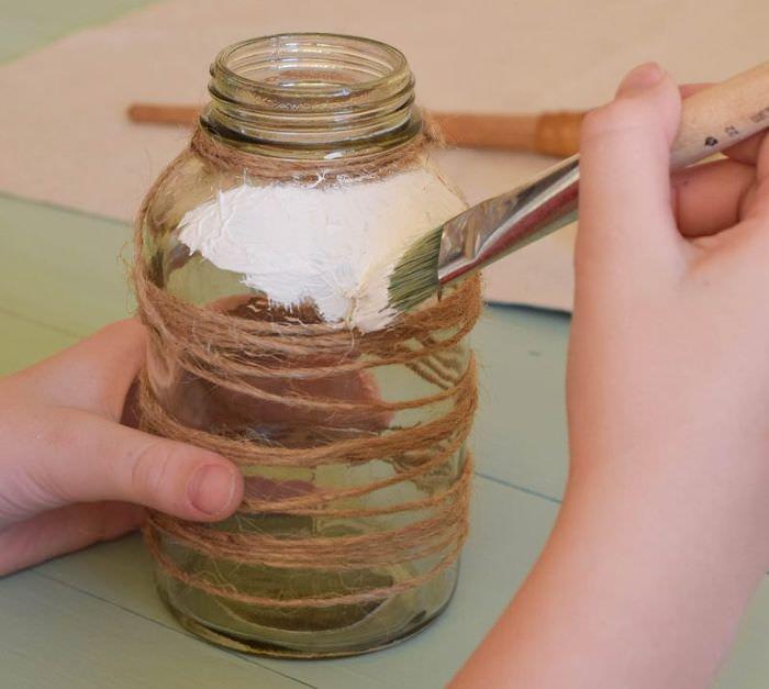 Нанесение белой краски на стеклянную банку