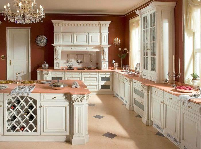 Кухонный гарнитур с белыми фасадами в итальянском стиле