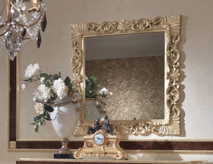 Квадратное зеркало в классическом стиле