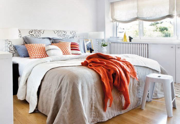 Широкая кровать с декоративными подушками