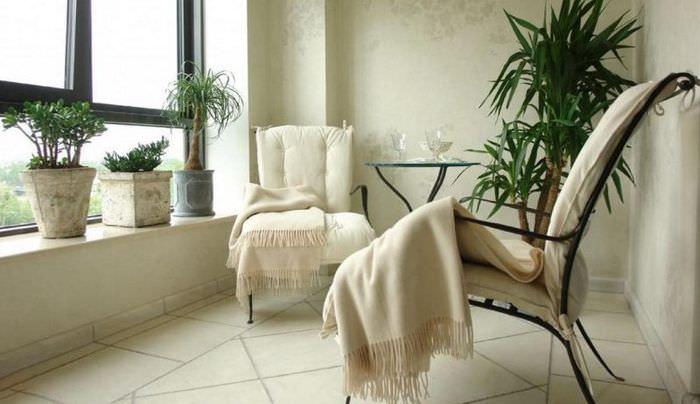 Два кресла на застекленном балконе