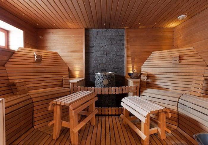 Удобные кресла из реек в интерьере парилки
