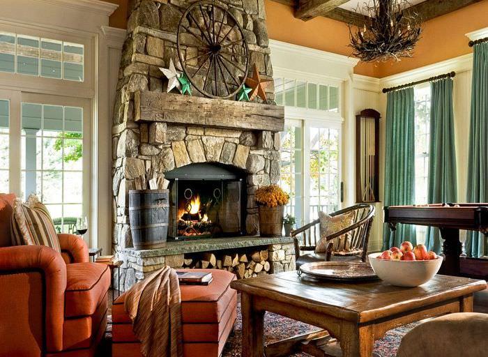 Удобное кресло перед камином в гостиной частного дома