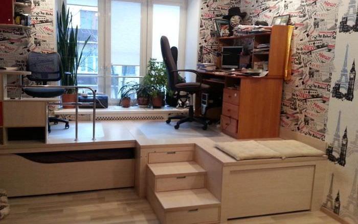 Письменный стол на подиуме с выдвижной кроватью