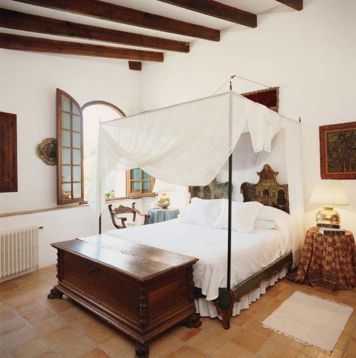 Кровать с балдахином в светлой спальне