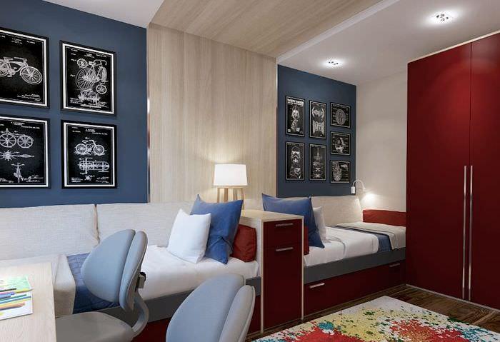 Две кровати в детской комнате для мальчиков