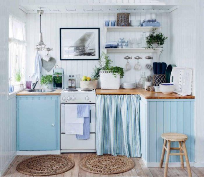 Круглые коврики на полу кухонного помещения