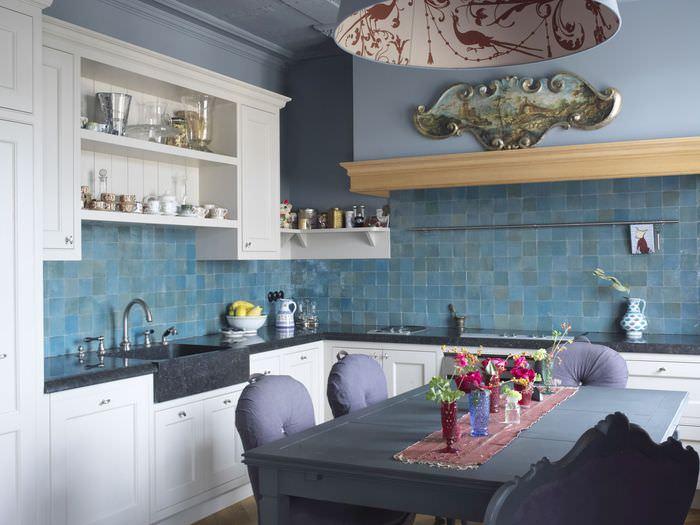 Стильная кухня в современной трехкомнатной квартире