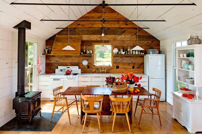 Интерьер кухни-столовой в небольшом дачном домике
