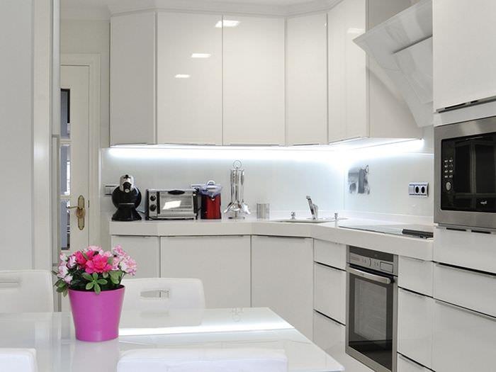 Кухонный гарнитур с глянцевыми поверхностями