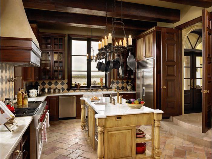 Сковородки на кованном светильнике в итальянской кухне