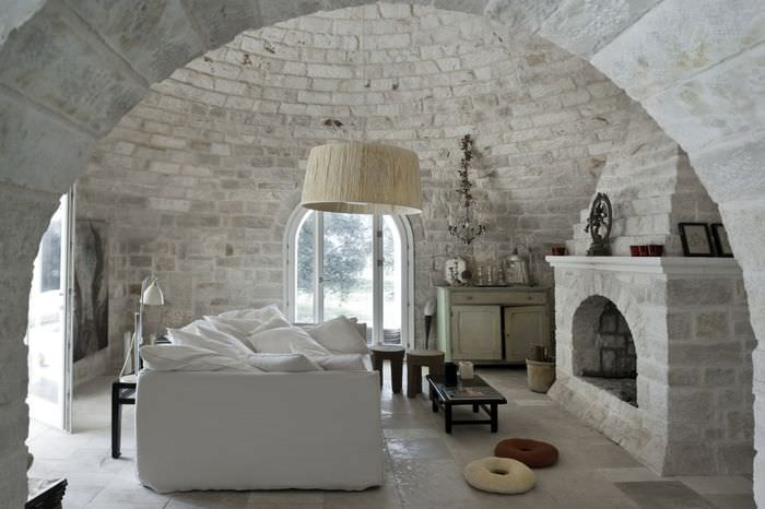 Интерьер светлой гостиной в стиле замка
