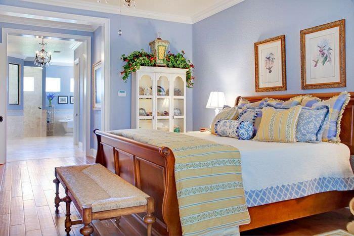 Нежно-голубые стены в спальне стиля прованс