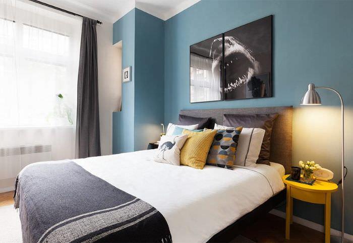 Небольшая спальня с синими стенами