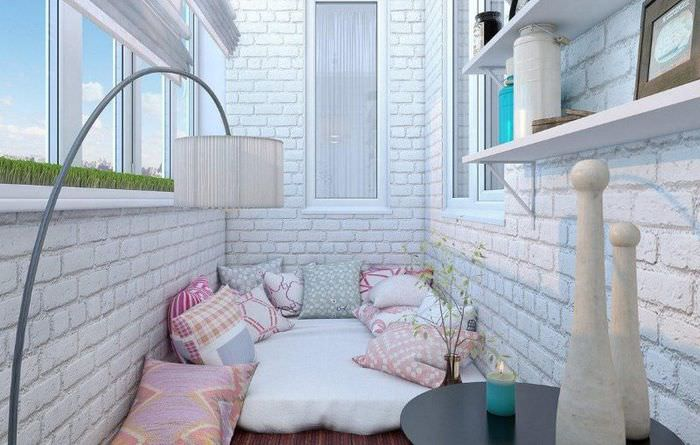 Дизайн утепленного балкона с зоной отдыха